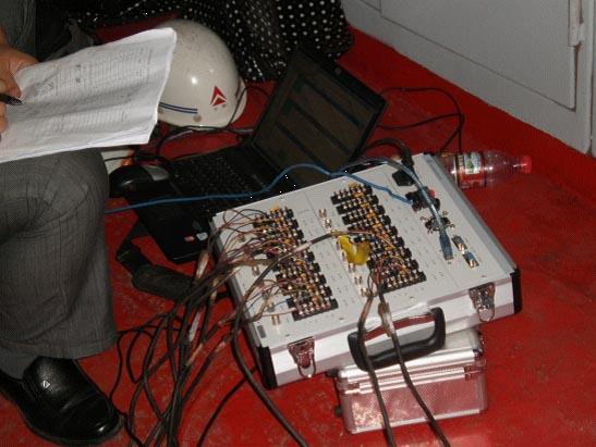 一、 项目简介 码头起重机(又称码头吊)由于其操作简便,成本低,效率高等特点被广泛应用于港口、码头等场所。此类设备大多制造年份较早,为确保安全,该司邀请江苏特检院的专家进行了全面的检查。检测过程中使用我公司的16测点的动静态应变仪TST3827对其在使用的起重机的所有重要部位进行了应变应力检测。  二、 设备组成 应变片若干   TST3827动静态应变仪(16测点)   TSTDAS3827动静态信号测试分析系统软件 三、 测试过程 1.